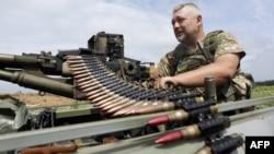 Ілюстраційне фото. Український військовослужбовець перевіряє свій кулемет на передовій