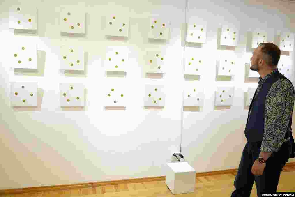 На этой стене вывешены работы цикла «Звуки геометрии». Рисунки представляют отношения между аккордами и последовательностью звуков. Тем самым показывается связь между музыкальным и визуальным мирами.