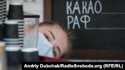 Продавец кофе в медицинской маске