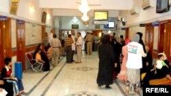 مراجعون في مستشفى ببغداد
