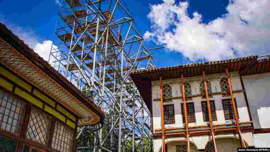 Не смотря на строительную площадку внутри двора, во дворце регулярно пускают посетителей