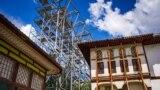 Монтаж металлических конструкций навеса для проведения «реставрации» Ханского дворца