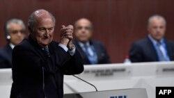 سپ بلاتر پس از کناره گیری علی بن حسین و انتخابش به عنوان رئیس فیفا