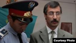 """Сотрудник полиции производит арест ведущего казахстанского правозащитника Евгения Жовтиса в зале суда. Баканас, 3 сентября 2009 года. Фото предоставлено газетой """"Свобода слова""""."""
