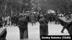 Советские солдаты на улицах Баку 20 января 1990 года