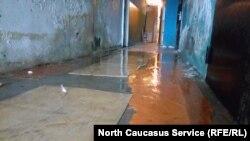 Жители собирают воду тряпками несколько раз в день