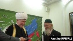Равил Гайнетдин Валерий Ивановка бүләк тапшыра