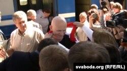 Түрмеден босап шыққан Алесь Беляцкийді (ортада) темір жол вокзалында күтіп алғандар. Минск, 21 маусым 2014 жыл.
