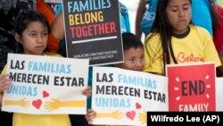 Діти з плакатами під час демонстрації перед офісом імміграції та митного контролю в Мірамарі, штат Флорида, 1 червня 2018 року