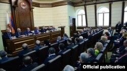Президент Армении Серж Саргсян на заседании Исполнительного органа РПА заявляет о своем решении назначить Овика Абрамяна премьер-министром, Ереван, 13 апреля 2014 г.