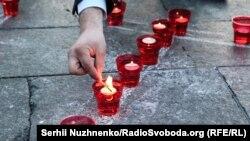 Kyivde qırımtatar sürgünliginiñ yılına keçirilgen «Yüreginde ateş yaq» aktsiyası. Arhiv fotoresimi