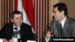 ძველი დრო: თავდაცვის მინისტრი ირაკლი ოქრუაშვილი და გენერალური პროკურორი ზურაბ ადეიშვილი ეროვნული უშიშროების საბჭოს სხდომაზე (2006 წლის 27 მარტი)