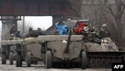 Trupe ucrainene retrăgînd armamentul greu în baza prevederilor Acordului de la Minsk