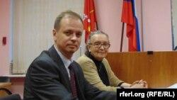 Анна Шароградская и ее адвокат Иван Павлов в суде