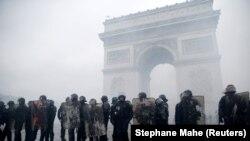Время Свободы: Макрон уступил уличным протестам