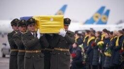 Militari cară coșciugul unuia din cei 11 ucraineni morți în prăbușirea avionului în Iran.