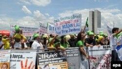 گروهی از تظاهرکنندگان برزیلی