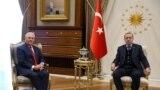 Türkiýäniň prezidenti Rejep Taýyp Erdogan (s) we ABŞ-nyň döwlet sekretary Reks Tillerson (ç), Ankara, 30-njy mart, 2017.