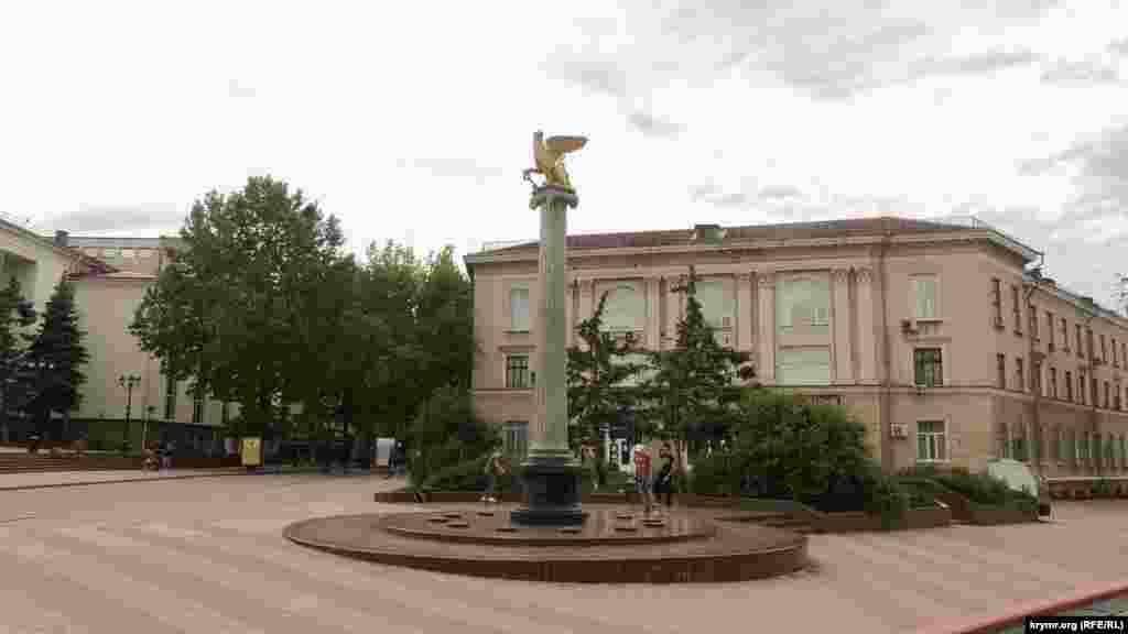 Подростки катаются на скейтах возле стелы с грифоном, символом Керчи. Этот монумент был установлен в 2000 году, когда в Керчи отмечали 2600 лет со дня основания города. У основания стелы находятся звезды с названиями городов-героев