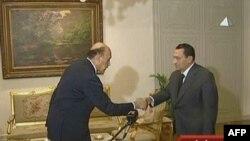 Հոսնի Մուբարաքը (աջից) սեղմում է իր նորանշանակ տեղակալ Օմար Սուլեյմանի ձեռքը, Կահիրե, 29-ը հունվարի, 2011թ.