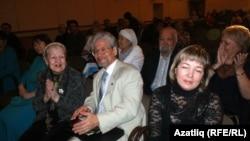 Сулдан уңга: Нинель Юлтыева, Вәлиәхмәт Бәдретдинов һәм Абрек Абзгильдин (артта)