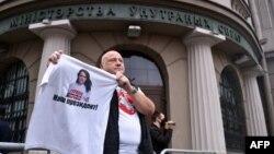 یکی از معترضان، تیشرتی با عکس سوتلانا تسیخانوسکایا، چهره اصلی مخالفان را در دست دارد که وی را «رئیسجمهوری ما» معرفی میکند