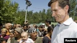АҚШ мемлекеттік хатшысының көмекшісі Роберт Блейк қырғыз-өзбек шекарасында этникалық өзбек босқындардың сауалдарына жауап беріп тұр. 18 маусым 2010 жыл.