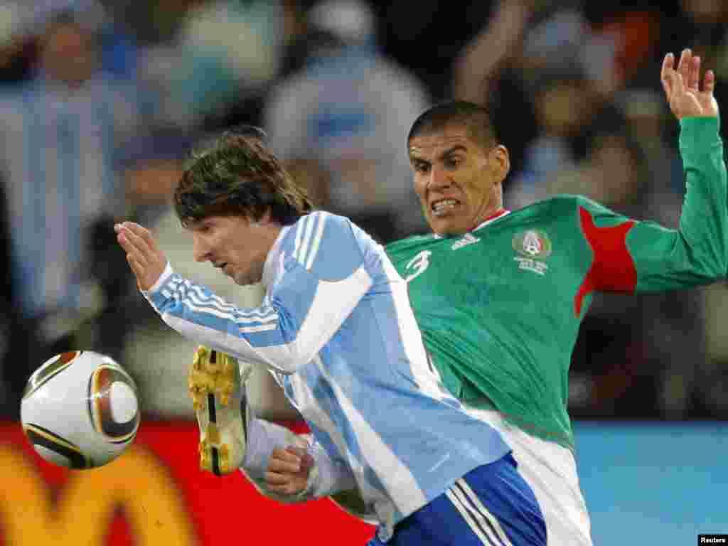 Аргентина – Мексика 3:1. Мексиканець Салсідо марно намагається відібрати м'яч у лідера аргентинців Мессі. - Вперше в історії чемпіонатів світу з футболу південноамериканських збірних в 1 / 4 фіналу виявилося більше, ніж європейських. У «чудовій вісімці» Південну Америку представляють чотири країни (Аргентина, Бразилія, Парагвай і Уругвай), а Європу – три: Німеччина, Голландія та Іспанія. Континент-господар – Африка – представлений збірною Гани. 2-3 липня пройдуть чвертьфінальні матчі.