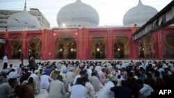Pakistanly musulmanlar agzaçar mahalynda, Karaçi, 30-njy iýun, 2014.