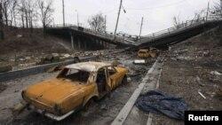 Залишки легкових автомобілів на дорозі неподалік зруйнованого Донецького аеропорту, березень 2015 року
