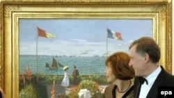 Президент Германии Хорст Келер и его супруга стоят перед картиной Клода Моне «Сад в Сент-Адрессе»