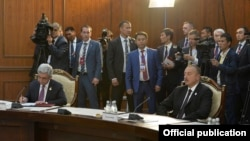 Президент Армении Серж Саргсян (слева) и президент Азербайдана Ильхам Алиев на саммите СНГ, Бишкек, 16 сентября 2016 г.