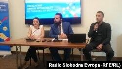 Генералниот секретар на Државниот завод за ревизија (десно) зборува на прес-конференција за мониторингот на работата на институцијата.