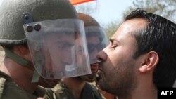 Столкновение израильских солдат и участников еженедельной акции протеста палестинцев в районе Билина. 24 сентября 2010 г.