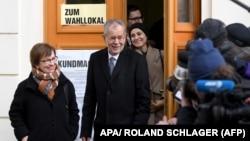 Кандидат у президенти Австрії Ван дер Беллен із дружиною на виході з виборчої дільниці у 6-му окрузі Відня, Австрія, 4 грудня 2016 року