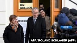 Ван дер Беллен после выхода с избирательного участка