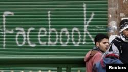 Misr inqilobida aksil-hukumat namoyishchilar Facebook va Twitter kabi internetdagi ijtimoiy tarmoqlardan faol foydalanishgan edi. Ushbu surat Qohira shahrida namoyishlar o'tgan Tahrir maydonida olingan.