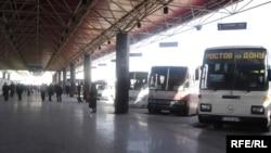 . Автобус, который направлялся с российскими туристами в Ниццу, съехал в кювет и перевернулся. 23 человека были ранены