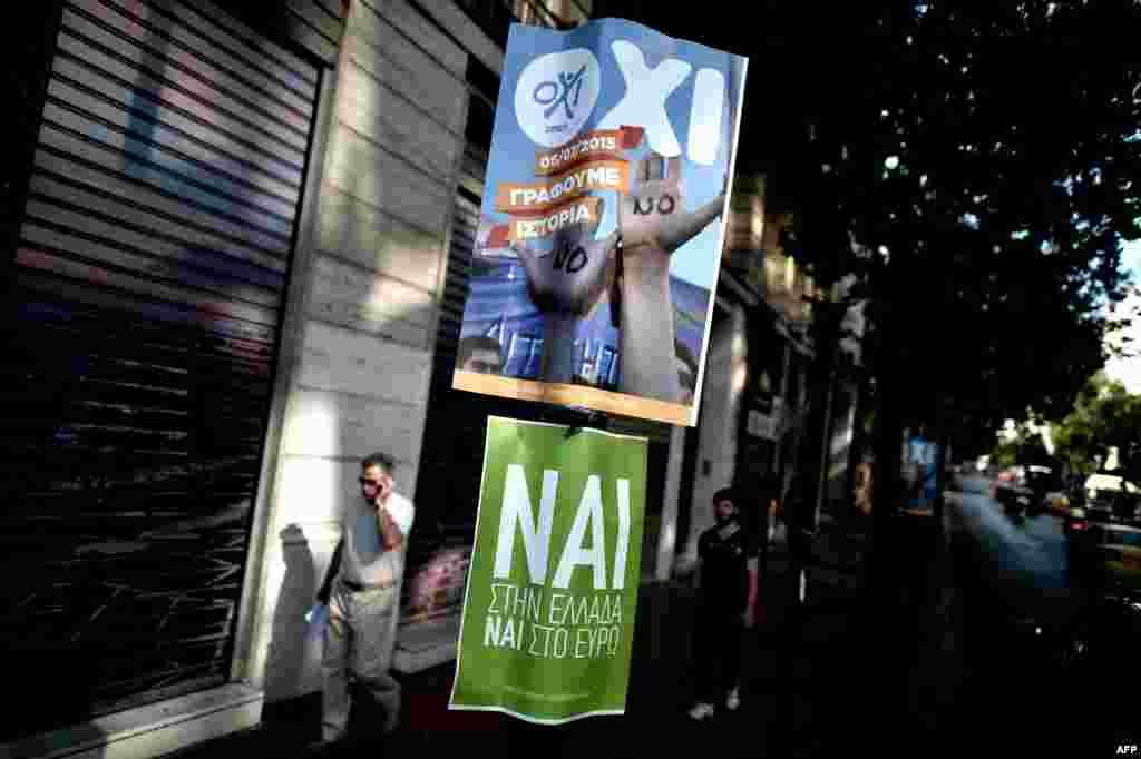 """Плакаты, призывающие греческих избирателей голосовать """"ДА"""" и """"НЕТ"""" на референдуме."""
