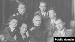 Петро Григоренко (посередині) з родиною, 1955 рік