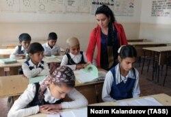 Обучение в школе №68 на территории кишлака Заркорон, Таджикистан