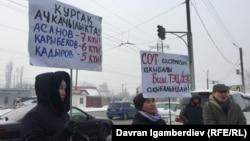 Участники пикета в поддержку Бектура Асанова, Кубанычбека Кадырова и Эрнеста Карыбекова около ИК №47. Бишкек, 5 февраля 2018 г.