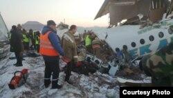 За даними авіаційної служби, літак «втратив висоту під час зльоту і пробив бетонну огорожу», а потім влетів у двоповерхову будівлю