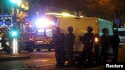 """Французские полицейские стоят у концертного зала """"Батаклан"""". Париж, 13 ноября 2015 года."""