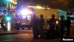 Ֆրանսիա - Ոստիկանները «Բատակլան» համերգասրահի մոտ, 13-ը նոյեմբերի, 2015թ.
