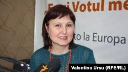 Ludmila Popovici în studioul Europei Libere de la Chișinău