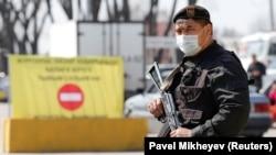 Казахстанский военный дежурит на блокпосту при въезде в Алматы. Иллюстративное фото. 19 марта 2020 года.