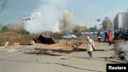 На месте взрыва нефтепровода. Циндао, 22 ноября 2013 года.