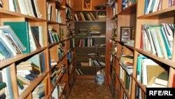 Библиотека – это длинная узкая комната, обе стены которой заставлены полками аж до потолка