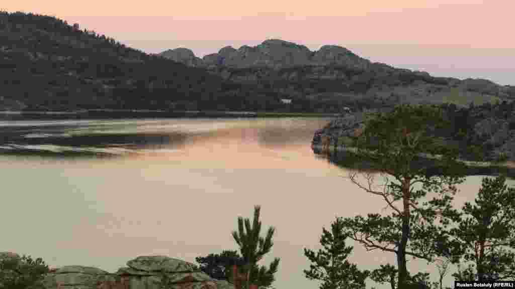 Жасыбай на рассвете. Ни одна река не впадает в это озеро.